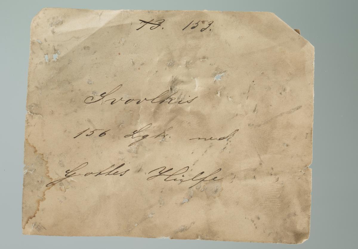 """Krystaller av pyritt og kalsitt Vekt 1424,76 g Størrelse: 16 x 12 x 7,5  Håndskrevet lapp: """"153 Svovlkis 156 Lgtr. ned Gottes Hülfe"""""""
