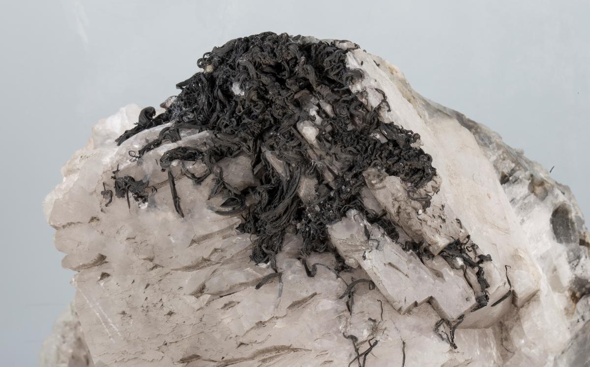 Prismekrystaller av kalsitt, med trådsølv Vekt: 3581,40 g Størrelse: 20 x 16 x 11 cm