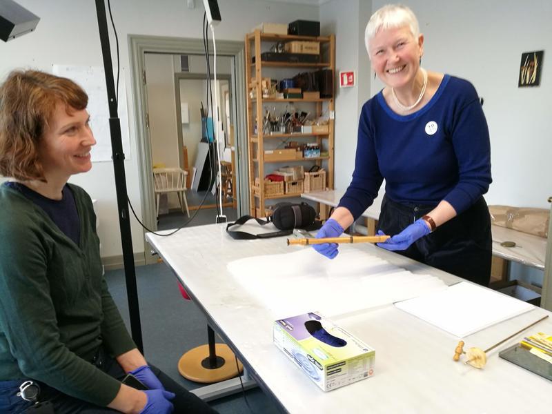 Fløytebygger Bodil Diesen har fått lov til å undersøke et av instrumentene på museet. Konservator Vera de Bruyn følger med.