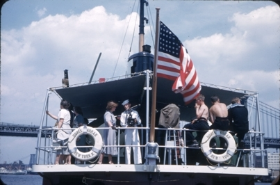 Kadetter fra skoleskipet STATSRAAD LEHMKUHL ombord på en overbygget passasjerbåt. Livbøyene er merket  DORIS MORAN NEW YORK