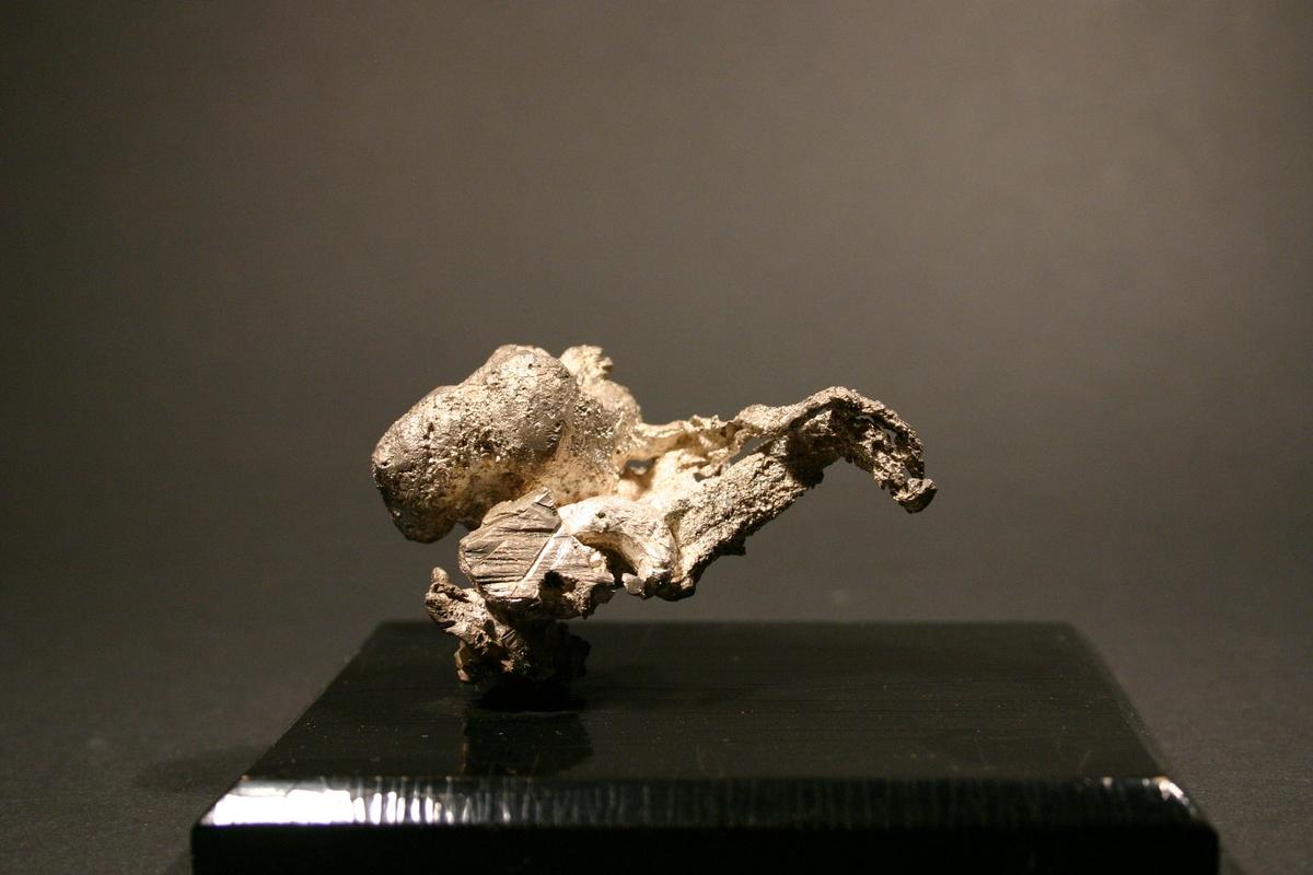 """""""Kylling"""" på svart plate Vekt: 138,38 g (med sokkel) Størrelse: 6,5 x 4,5 x 2,5 cm"""