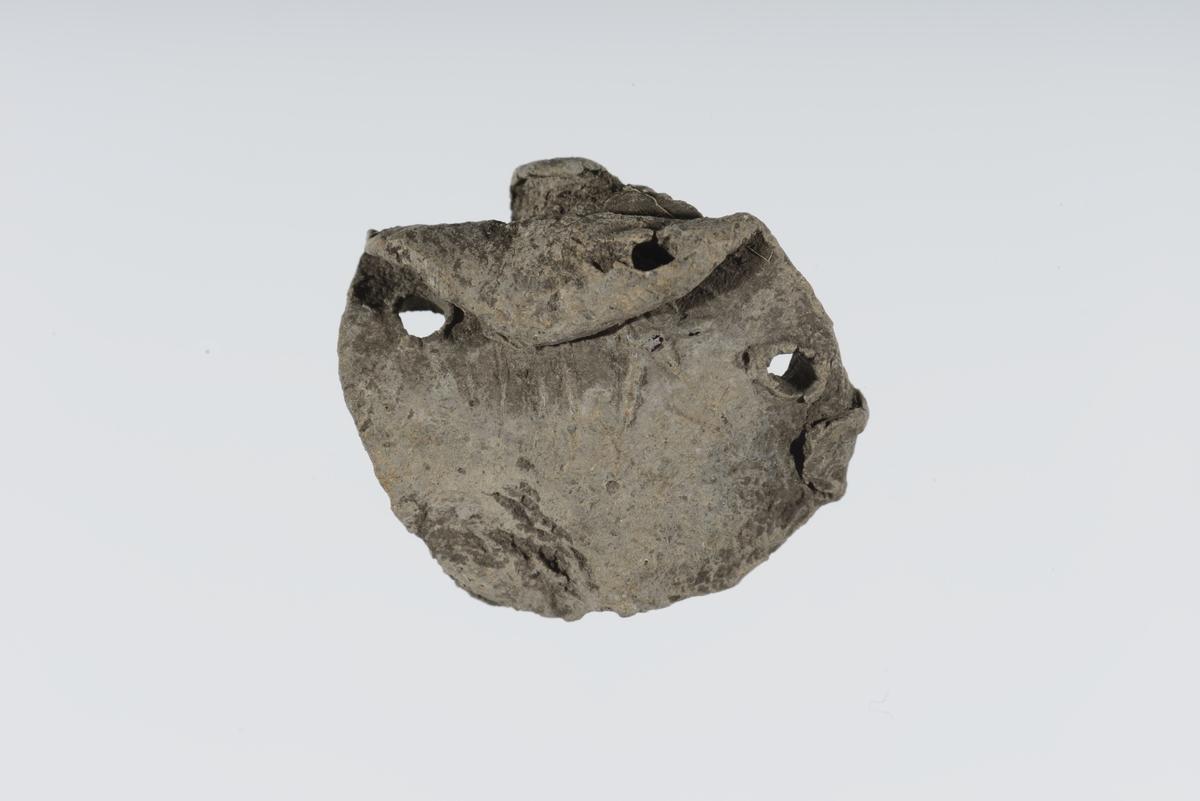 Advers: Rester av et motiv av en tohodet ørn. Deler av en stjert og en utslått vinge er synlig.  Revers: Stor, stilisert gotisk minuskel n med en perle inni.