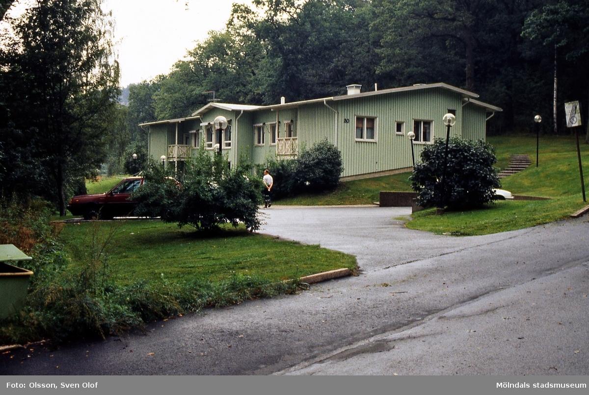 Behandlingshemmet med adress Delbancogatan 30 i Enerbacken, Mölndal, i augusti 1997. På platsen låg tidigare Enerbackens gård. Byggnaden inrymmer numera Enerbackens förskola.