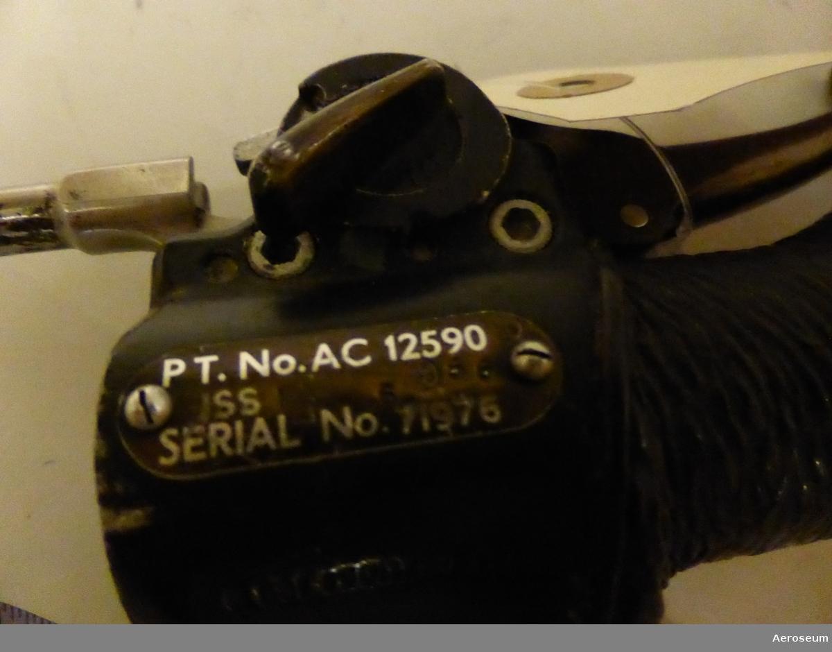 """En styrspak till Fpl 34 (J 34, Hawker Hunter). Gjord i svartmålad metall och plast.  På styrspaken står det """"PT. No. AC 12590 ISS SERIAL No. 71976"""""""