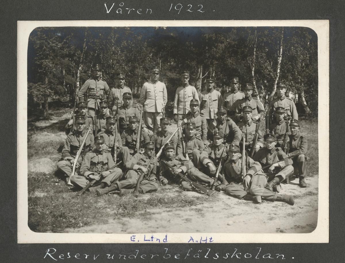 """Bildtext: """"Våren 1922. Reservunderbefälsskolan."""""""