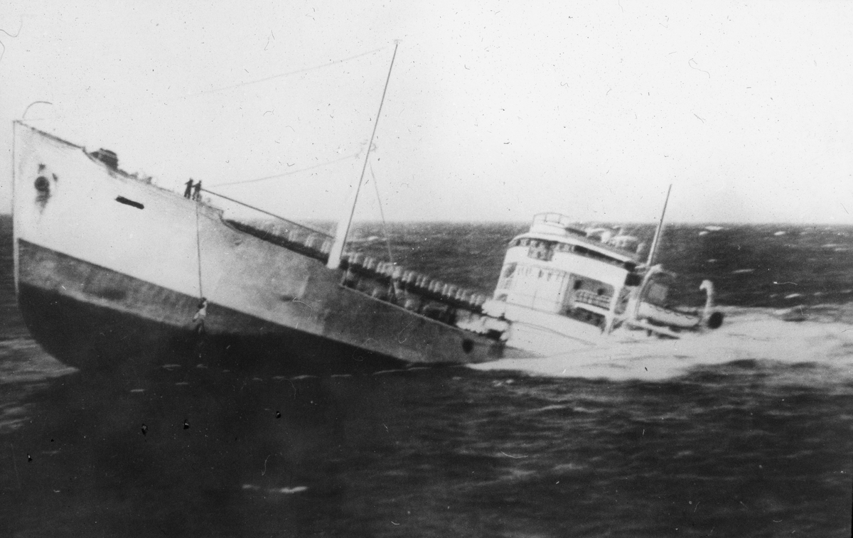 MS JANKOs forlis i 1951, hele akterdekket er under vann.