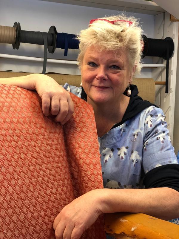 Møbeltapetserermester Inger Eide har en livslang yrkeskarriere, og har selv fått opplæring av de beste. Inger har lang tradisjon på å lære opp dyktige nye møbeltapetserere i bedriften sin på Stabekk gjennom Trhå. (Foto/Photo)