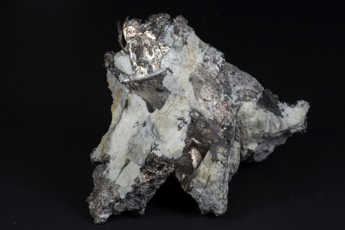Sølv, tråder og massivt, argentitt. Vekt: 538,41 g Sølvverkets samling