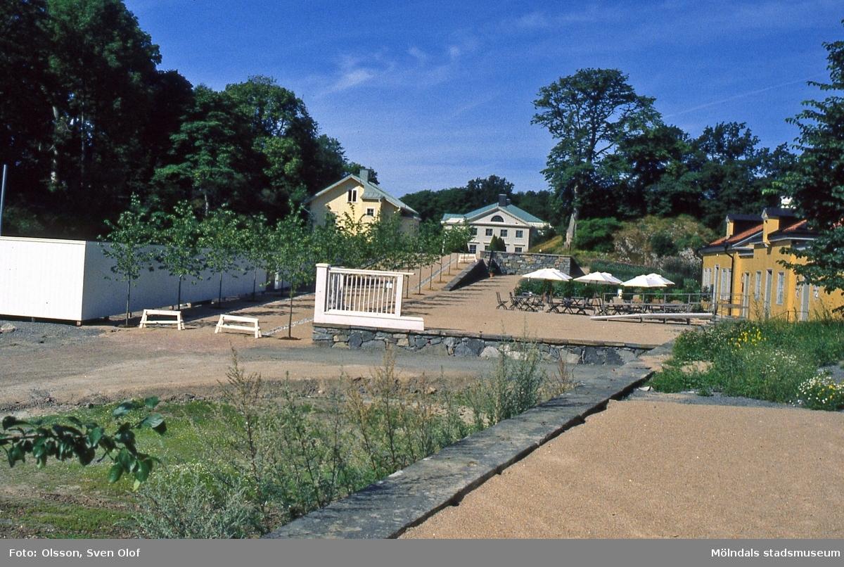 Gunnebo i Mölndal, år 1999. Gångvägen från kaféet, gult hus till höger, mot slottet som ses i mitten. På vänster sida ses även trädgårdsmästarbostaden som senare rivits.