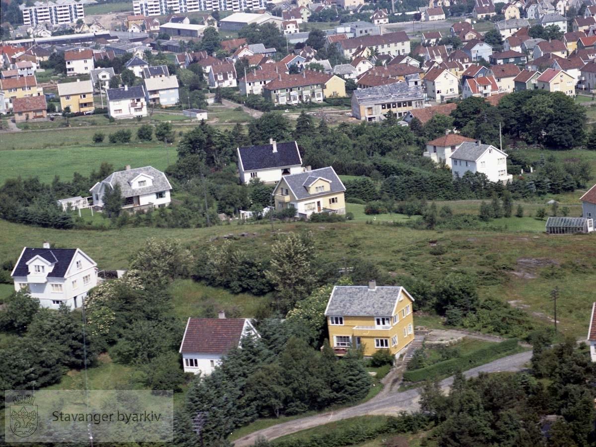 Eikeberget ved Kristianlyst og Hillevåg..Bebyggelsen i forkant ligger til Knausen, Øvre Knausen, Nordlia..I øvre del av bildet ses Hillevåg kirke under oppføring. Videre Brattåsveien, Roald Amundsens vei og øverst blokkene i Bjaalands gate