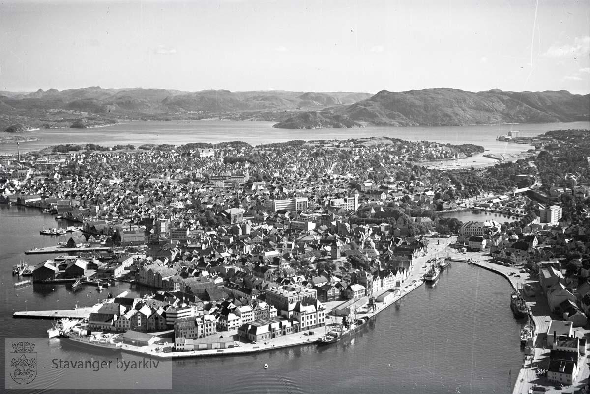 Oversiktsbildet: Stavanger indre. Holmen og Vågen. Mot S.Ø..Fra venstre: Børreviken, Ryfylkekaien, Skansekaien, Tollboden, Skagenkaien. Til høyre: Strandkaien..