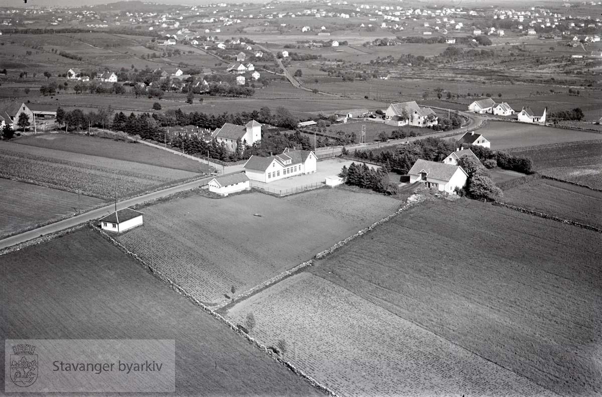 Stavanger ytre. Revheim. Mot N.V...Revheimsveien. Revheim kirke og Revheim gamle skole midt i bildet.