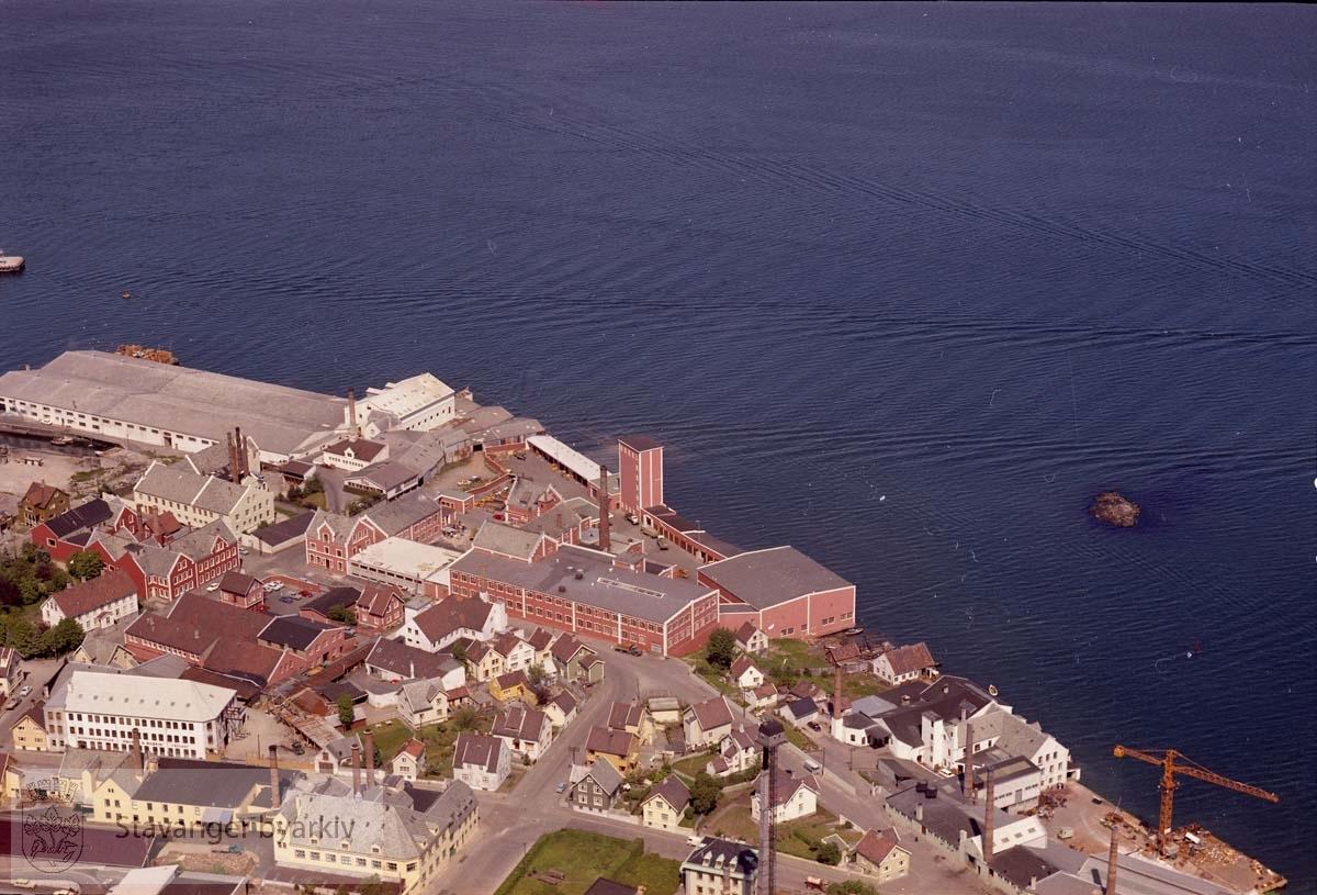 Bebyggelse ved Ryfylkegata, Støperigata, Rennesøygata, Kvitsøygata, Siriskjeret...I sjøen til høyre Siriskjæret. Tou bryggeri midt i bildet.