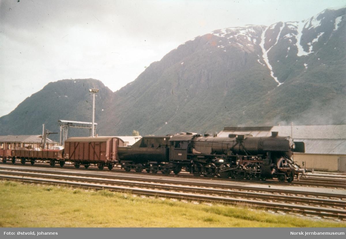 Damplokomotiv type 63a nr. 3113 med nordgående godstog på Mosjøen stasjon.