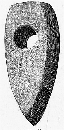 Steinøks med skafthul nærmest som Rygh type 32, men lavere mot nakken. Slepet overflate, men endel beskadiget. Funnet på Buskum høsten 1887.
