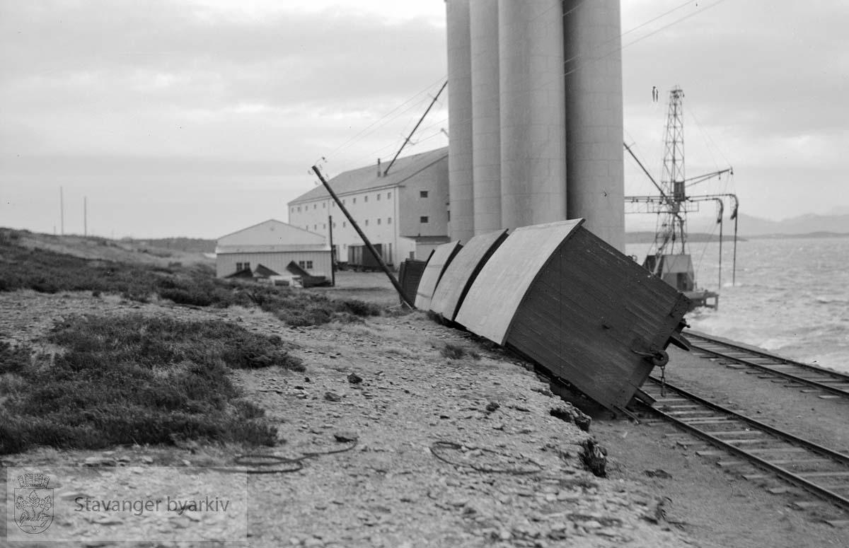Resultat av storm i januar 1937 I bakgrunnen siloene til Rogaland Felleskjøp. Jernbanen hadde verksted og togstall like ved.