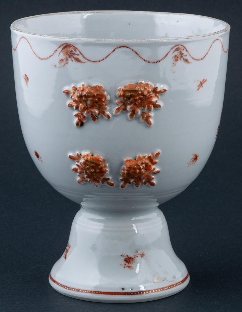 Lockskål, porslin. Brun dekor. Blommor i relief. Insekter, vågig bård. Lock med knopp. Hög fot. 2 st. Ett lock saknas.
