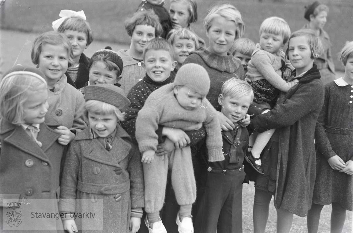 Gruppebilde av barn utendørs