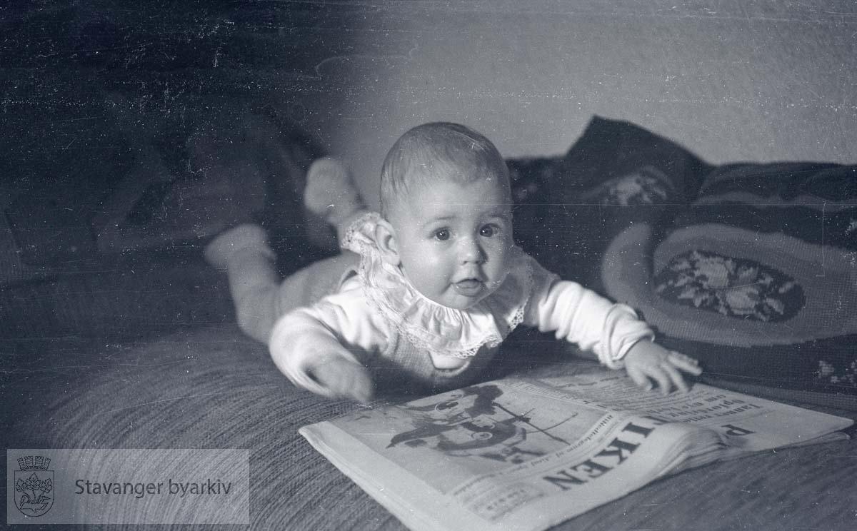 Baby med avis.