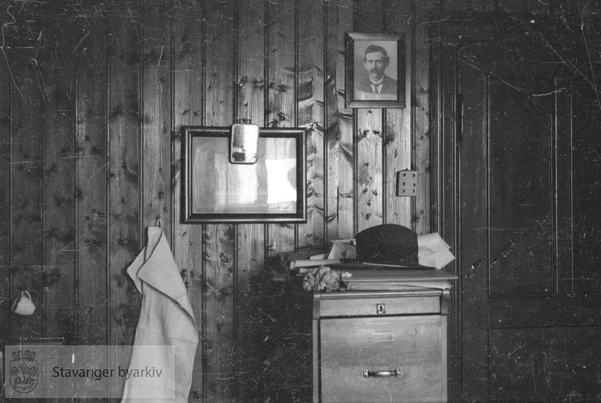 Handkle, kommode, fluesmekker, bilder på veggen m.m.