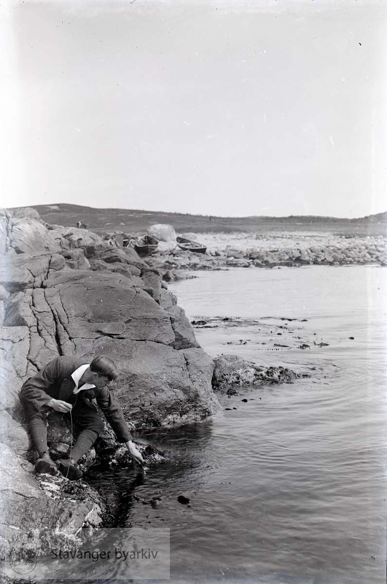 Mann i vannkanten