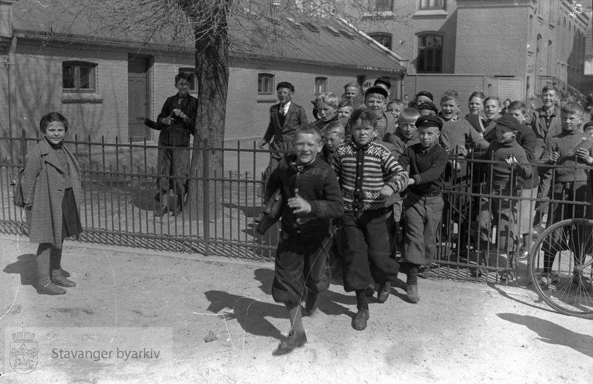 Skolebarn ved inngangen til skolegården foran Storhaug skole.
