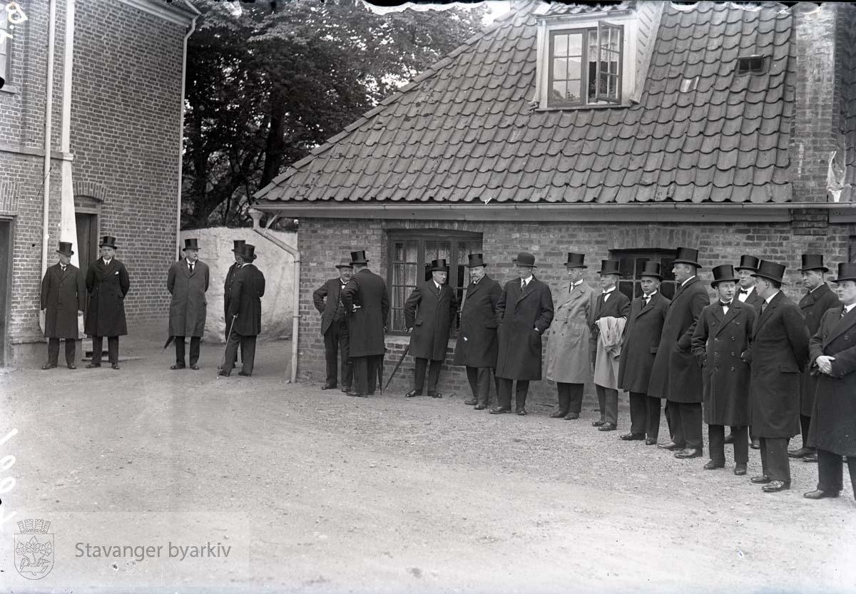 J.S. Kiellands begravelse. Menn i sort ventende ved Ledaal.