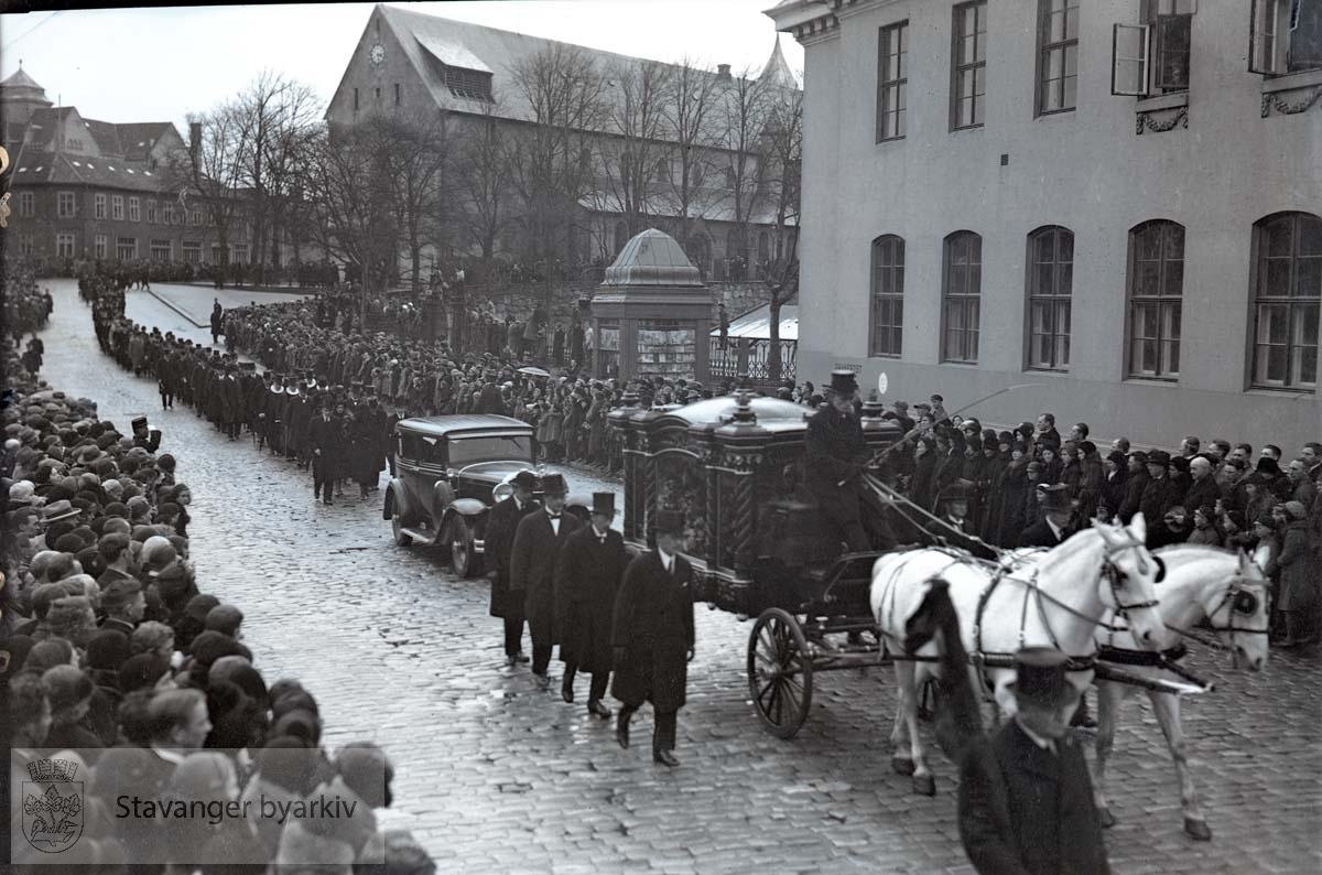 Gravfølget bak kista som fraktes med hest og kjerre forbi posthuset. ...Lars Oftedal gravlegges.