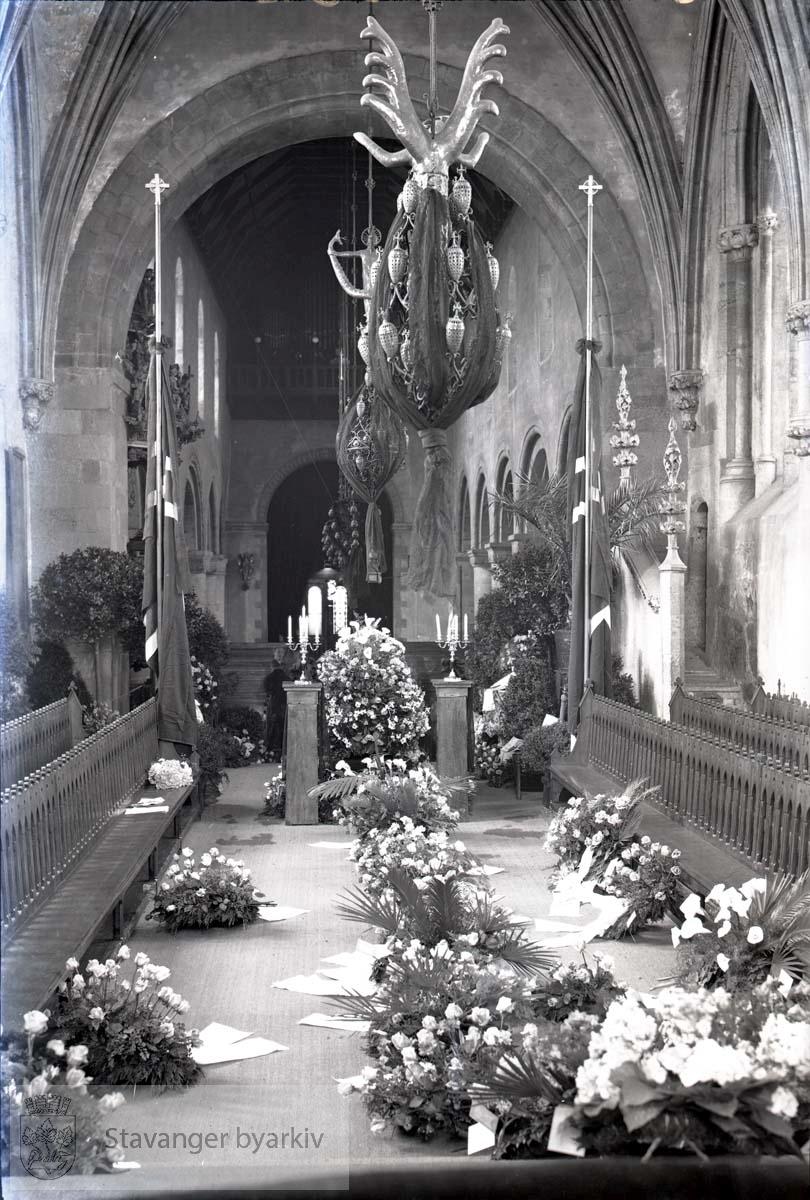 Fra seremonien i domkirka. Blomsteroppsatser langs midtgangen. ...Lars Oftedal gravlegges.