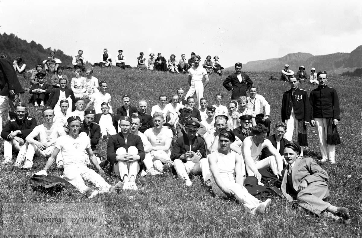 Vikedals-filmer..Deltakere fra Stavanger Turnforening hviler seg i gresset.