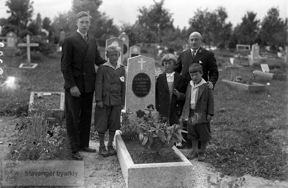 Heins gravsted.Ant. familie ved graven. .Graven tilhører Agnes Hein