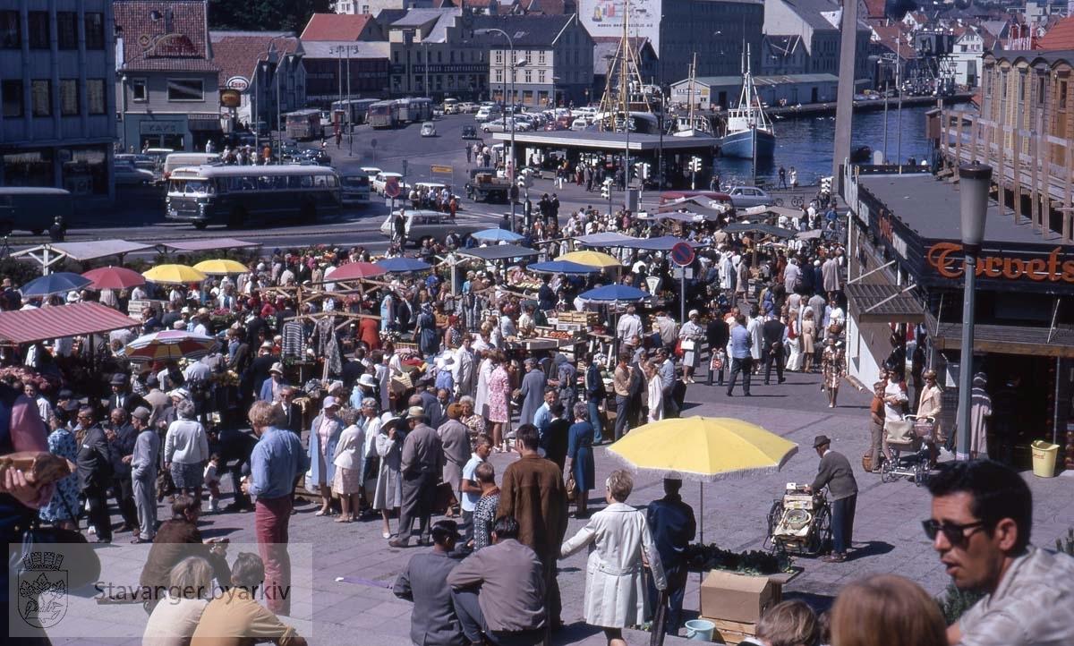 Handel på Torvet. Mot Strandkaien..Torvets kolonial til høyre.