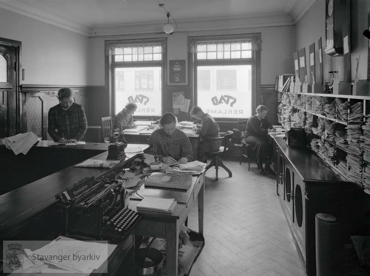 """.Fra """"Det norske næringsliv - Rogaland Fylkesleksikon 1950"""": Firmaet ble grunnlagt i 1905 av O. Fossheim. Omdannet til aksjeselskap og ledes av disp. Bjarne Risvoll som har innehatt denne stilling fra 1933. Firmaet mottar reklameoppdrag av enhver slags, men arbeider spesielt for dagspressen. Man besørger annonser til avisenes originalpriser - innenbys - utenbys - utenlands. Forretningen beskjeftiger 7 personer."""""""