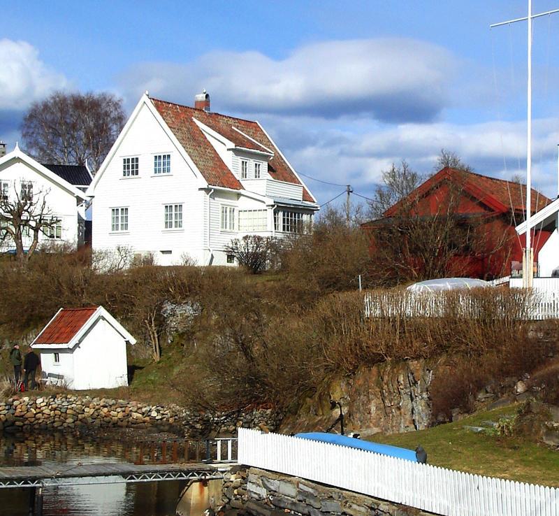 Strandsitterhuset på Konglungen til høyre. Boligen er idag en del av eiendommen til lokalhistoriker Ola Holst. Foto: Liv Bjelland (Foto/Photo)