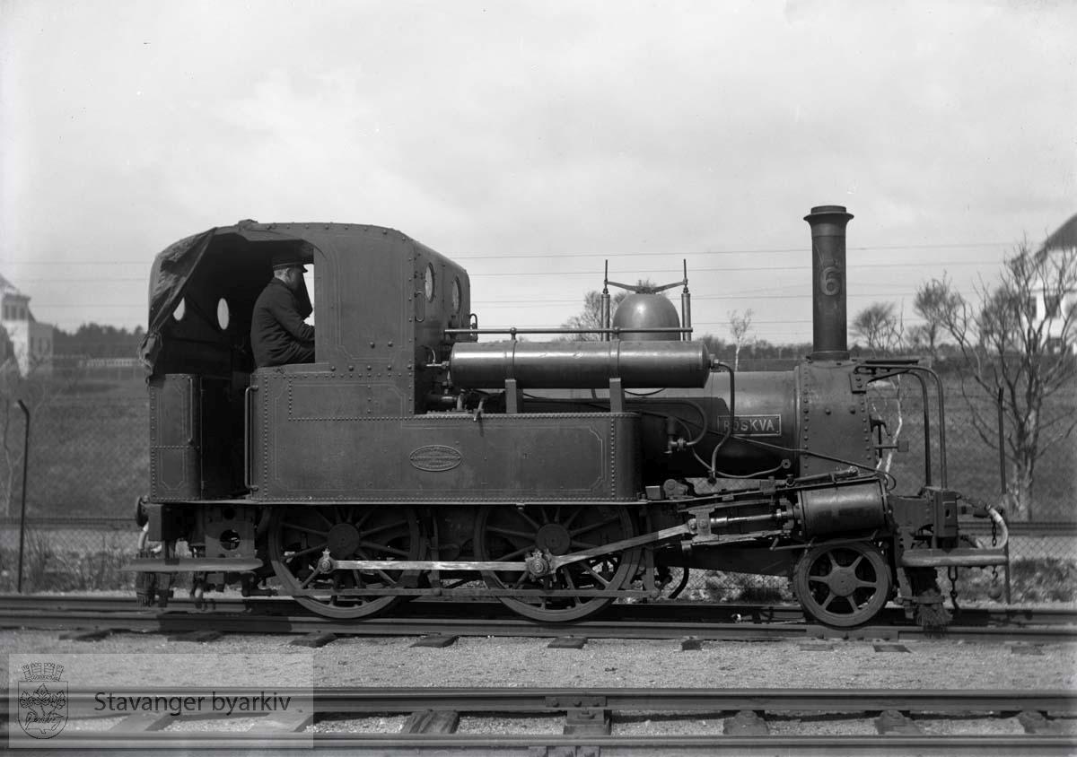 """Dette lokomotivet var av type III produsert av Beyer Peacock. Det ble bygget i 1868 og utrangert i 1934. Kun ett av dem, """"Alf"""" er fortsatt bevart. Det kan ses på Jernbanemuseet på Hamar...For mer informasjon se: http://forsk.njk.no/mdb/mdb.php?hid=217&aut=&eng="""