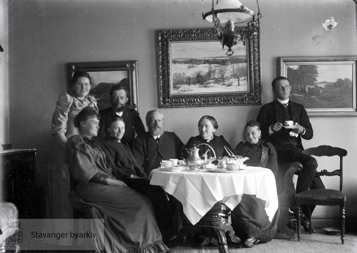 Antakelig noen av barna til Wilhelm og Laura Eckhoff på besøk.