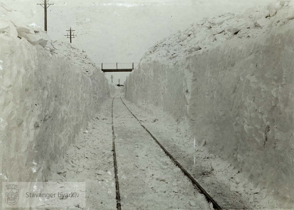 Snøfonner langs jernbanesporet.
