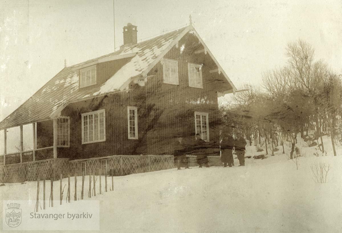 Gruppe utenfor hus. .Boganes var opprinnelig en husmannsplass under Jåttå / Jåtten