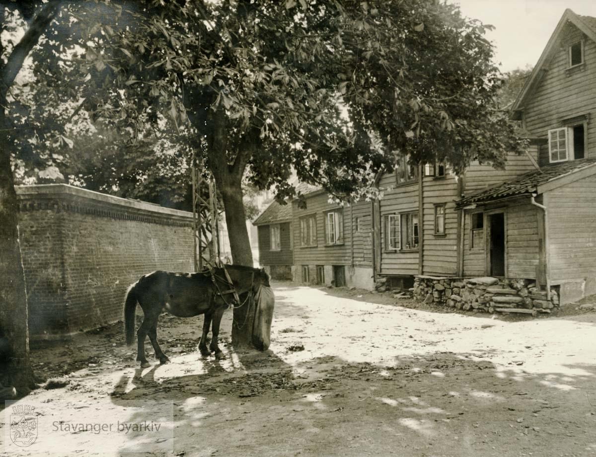 Til venstre det kiellandske familiegravstedet bak muren av teglstein, tegnet av vo der Lippe. Husrekken til høyre ligger til Nedre Kleivegate. I forgrunnen Kirkegårdstredet..Finnes også i BySt1994_18_70
