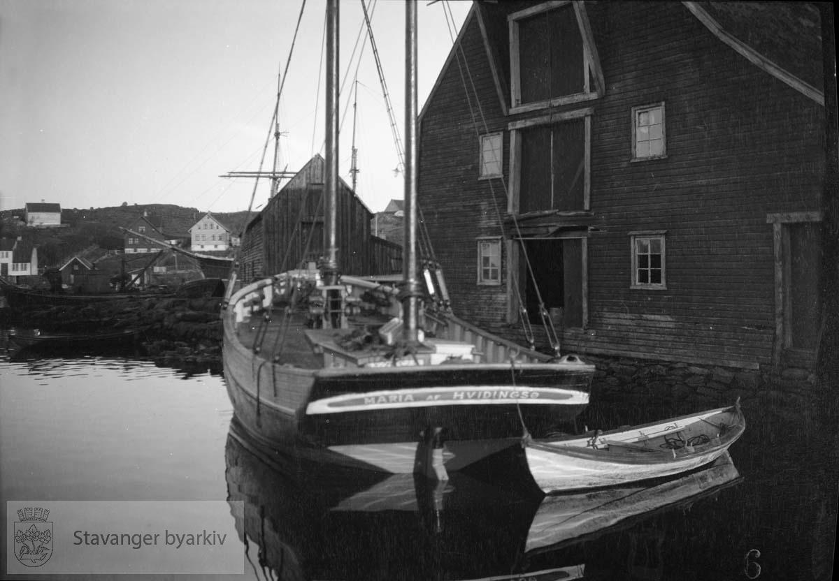 Seilbåt ved sjøhus, Buøy