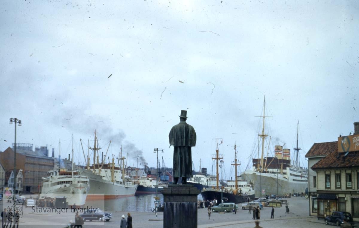 Kielland-statuen.Flere skip fortøyd langs kaien