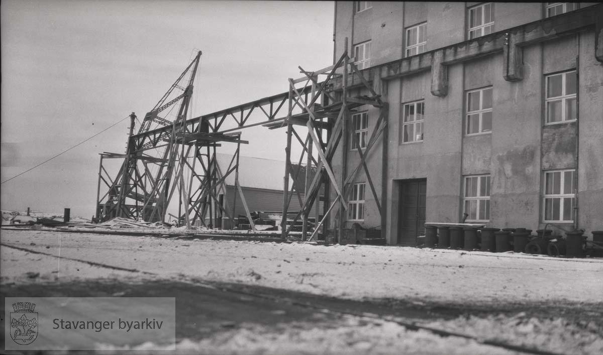 Bygningsarbeid ved Rosenberg Mekaniske Verksted.Buøy