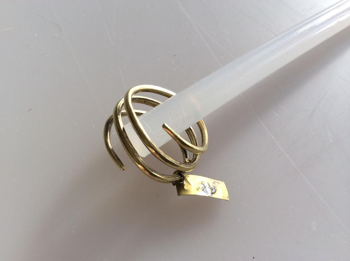 Spiralformet gullring ganske som type Rygh 303, fra yngre romersk jernalder. Funnet i en kvinnegrav på Vestby under Evang i 1885.