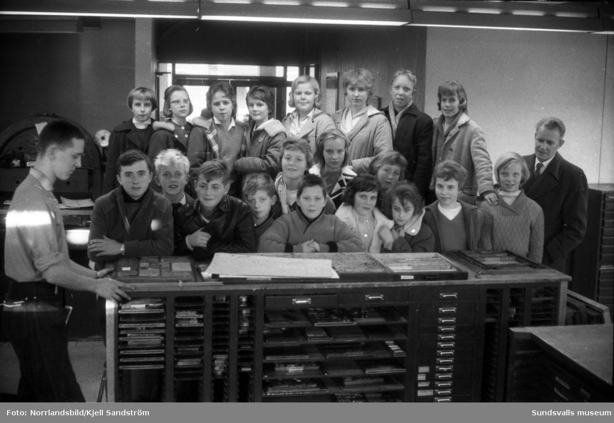 Sjundeklassarna från Alnö kyrkskola på studiebesök, troligen på någon av dagstidningarnas sätterier.