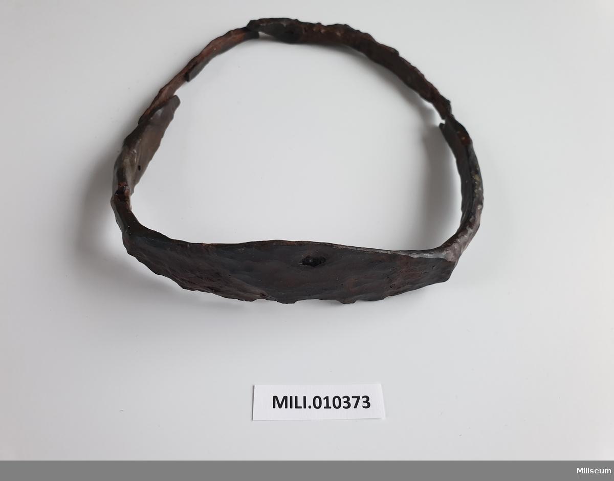 Stigbygel, brusten i tre delar. Sannolikt 1500-tal.