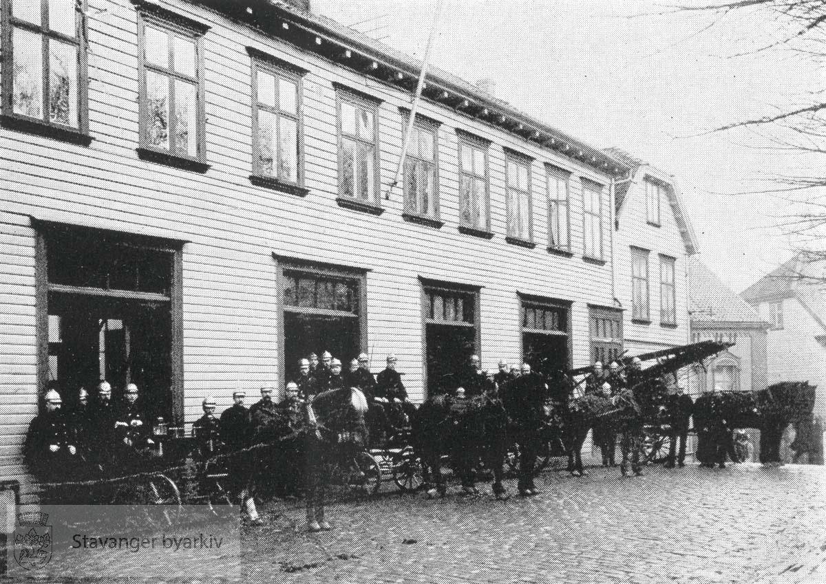 Brannmannskapet oppstilt foran den gamle brannstasjonen i Kongsgata på den nåværende Domkirkeplassen. Den gamle brannstasjonen lå der fra 1883 til 1956.