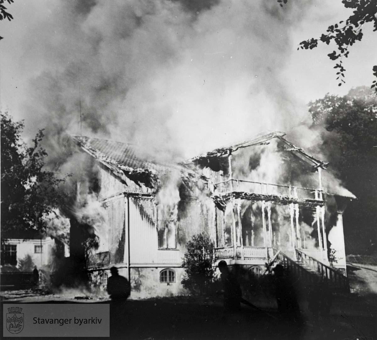 Brann i Bjergsted..Villa bygget i 1858 for stadshauptmann L. W. Hansen etter tegninger av F. von der Lippe (1833-1901). Kjøpt av Stavanger kommune i 1885. Brant ned til grunnen 11. september 1941.