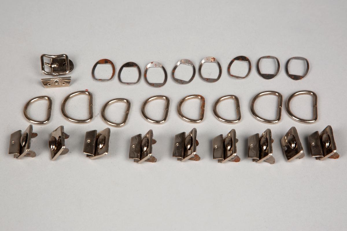 Liten plastpose (15,5 x 7,5)cm med diverse spenner og ringer, som skomakeren brukte i verkstedet sitt.  Består av ialt 28 deler