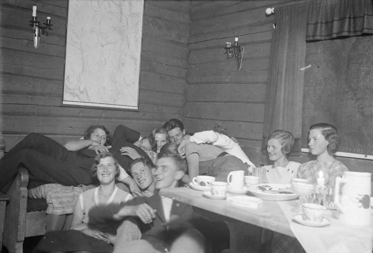 Ti ungdommer i festlig lag