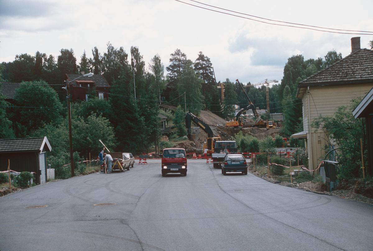 Lillehammer.  Maihaugvegen under anlegg (Nybu-forbindelsen).  Kryss med Bankgata.  Gravemaskiner.  Ny asfalt.  Sett mot sør-øst.